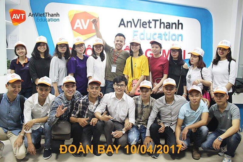 Tổng giám đốc Việt Anh chụp ảnh với 18 học viên AVT