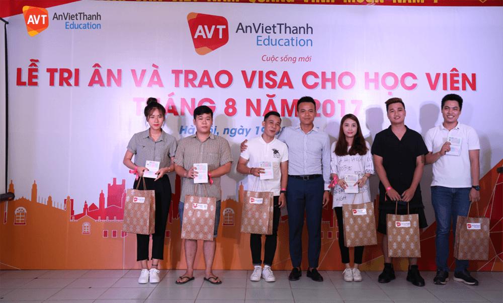 Trao visa cho học viên tháng 8 năm 2017
