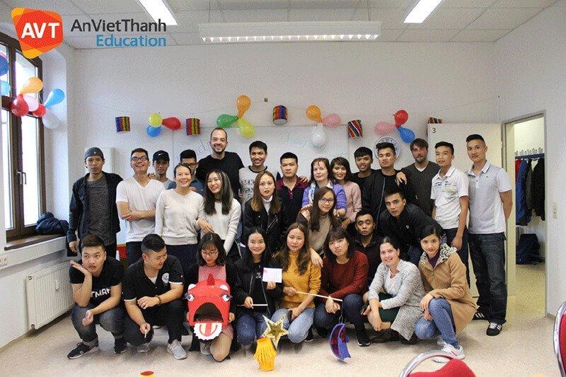 Học viên AVT vui trung thu với các bạn nước ngoài