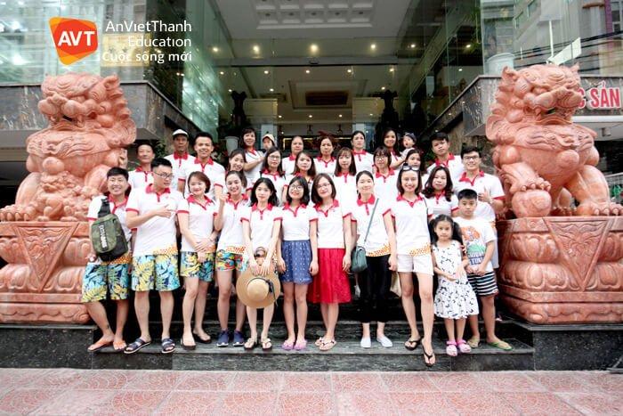 Cả đoàn ngay trước Khách sạn Tây Bắc - Đà Nẵng.