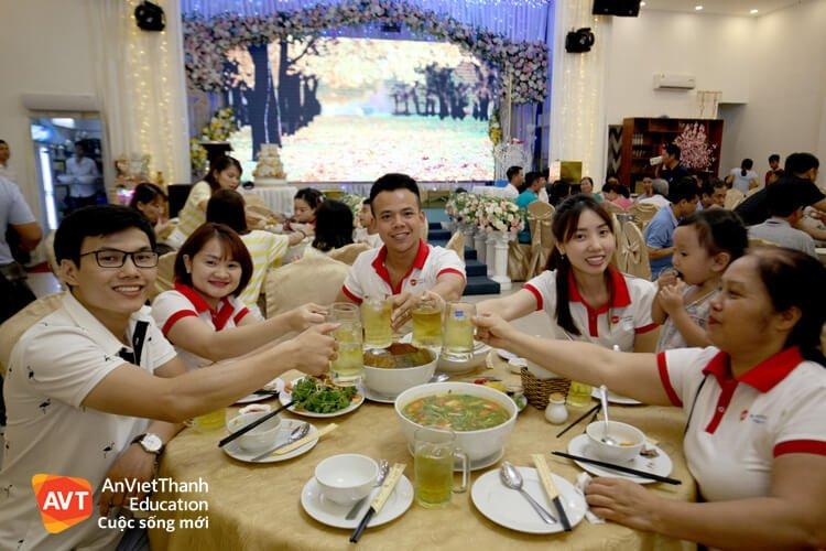 Gia đình AVT ăn tiệc tại Nhà hàng Cội Nguồn.