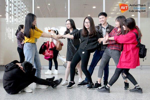 Hình ảnh hài hước của những em học viên tại sân bay.