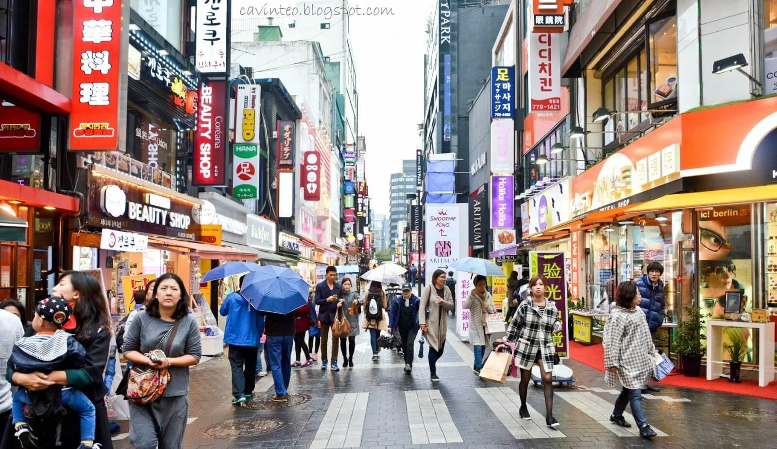 Myeongdong luôn được biết đến là khu mua sắm lớn nhất tại Seoul