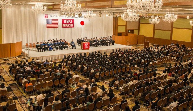 Lễ tốt nghiệp tại nhà văn hóa của trường