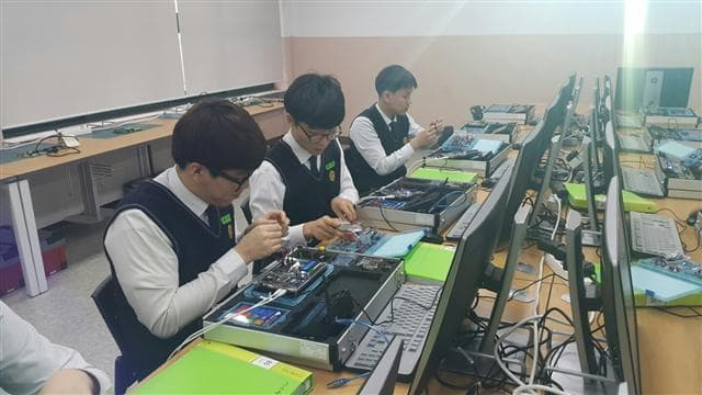 Du học nghề Hàn Quốc kiểm tra mạch điện tử