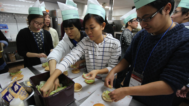 Du học sinh Hàn Quốc phải tranh thủ đi làm thêm để chi trả sinh hoạt phí