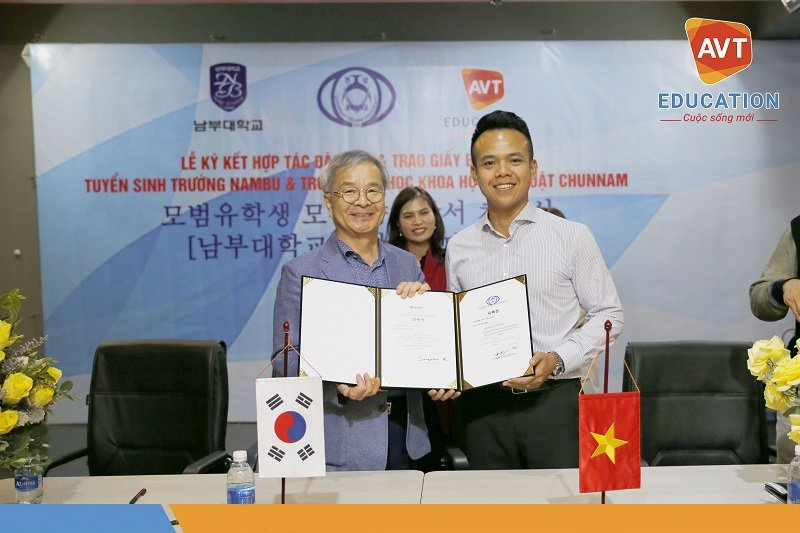 Lễ đón nhận giấy ủy nhiệm tuyển sinh của Đại học Nambu và Chunnam diễn ra rất long trọng