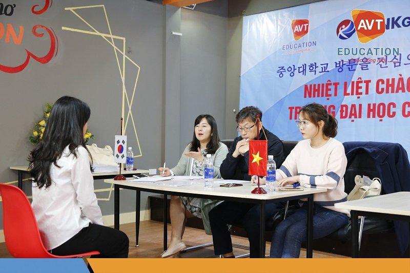 nhờ được đào tạo tiếng Hàn bài bản cùng việc luyện phỏng vấn đều đặn với giáo viên bản ngữ nên học sinh AVT cực kì tự tin trả lời phỏng vấn bằng tiếng Hàn.