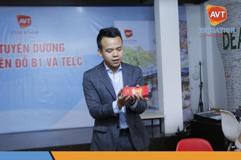 Tổng Giám Đốc Hồ Việt Anh chúc mừng năm mới và lì xì cho toàn thể nhân viên