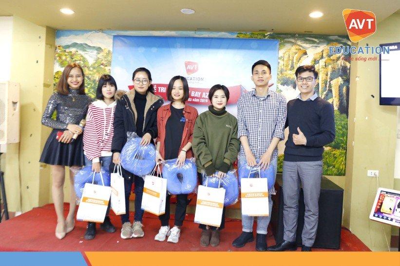 Đại diện AVT Education trao quà lưu niệm cho các học viên