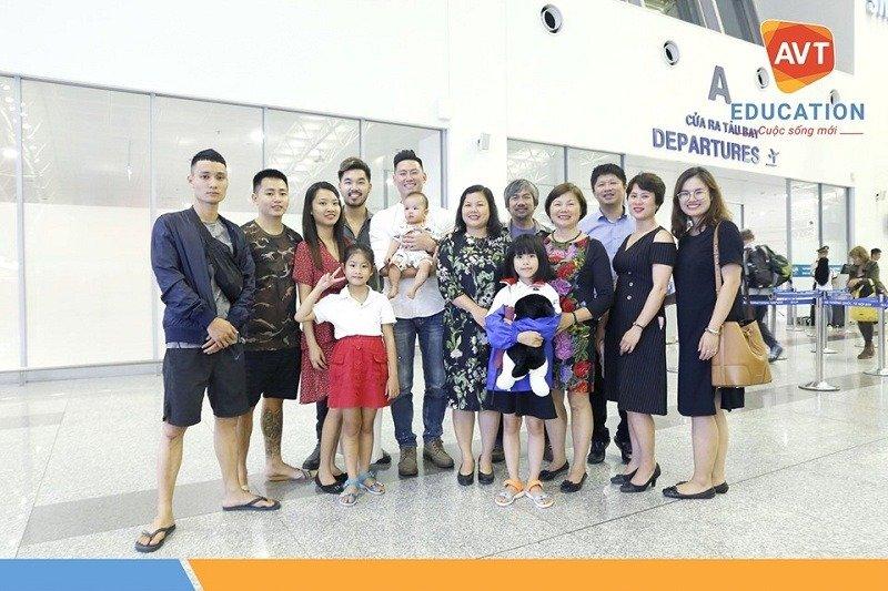 Rất đông bạn bè và gia đình đến tiễn học viên trước giờ bay