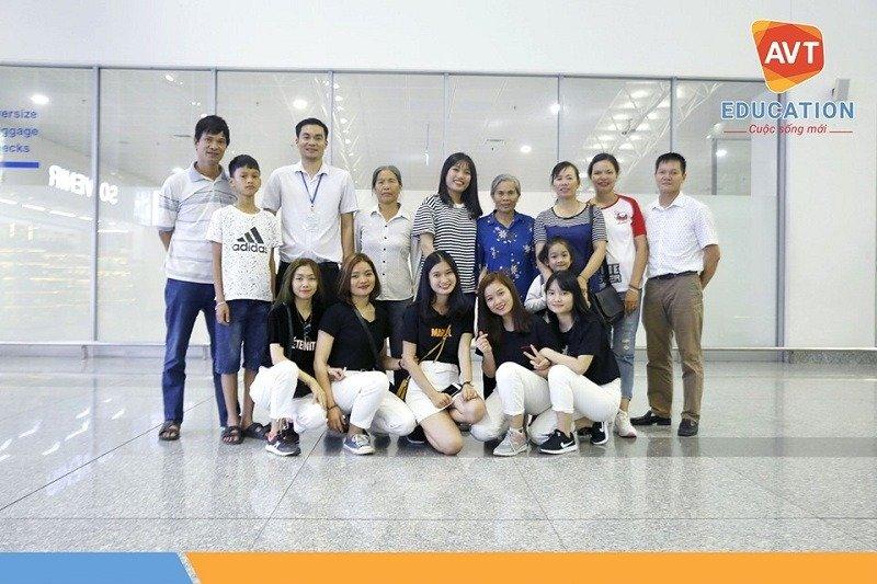 Chụp ảnh lưu niệm cùng gia đình tại sân bay