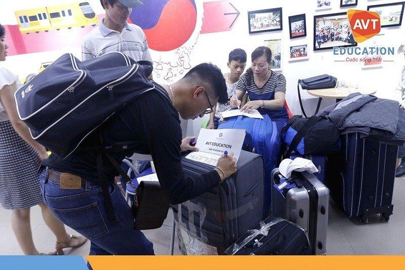 Hướng dẫn dán giấy trên vali để tránh bị thất lạc