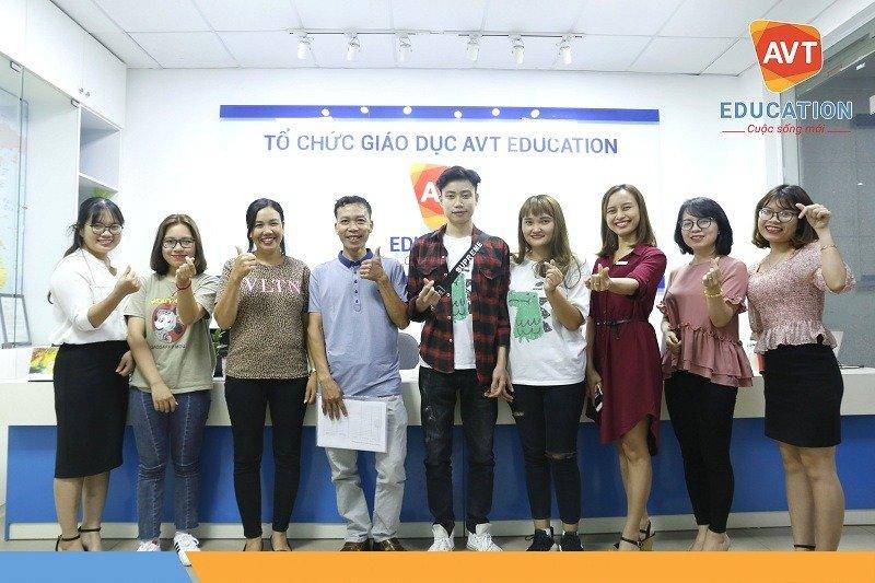 Các bạn học viên chụp ảnh lưu niệm cùng TVV AVT