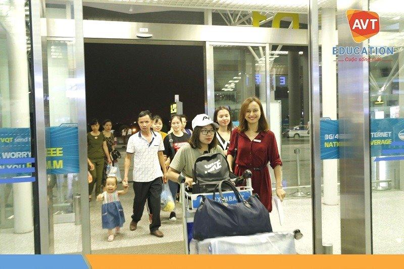 Đại diện của AVT đưa các học viên ra sân bay và hướng dẫn những thủ tục cần thiết