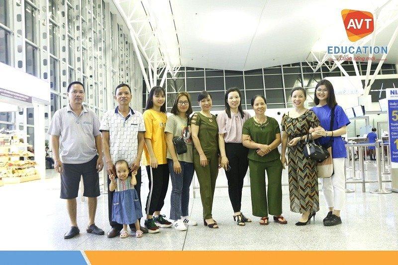 Giây phút bịn rịn cùng gia đình trước khi máy bay cất cánh