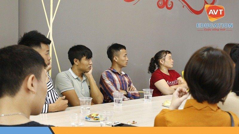 Các bạn học viên cùng cha mẹ đến tham dự buổi lễ khai giảng