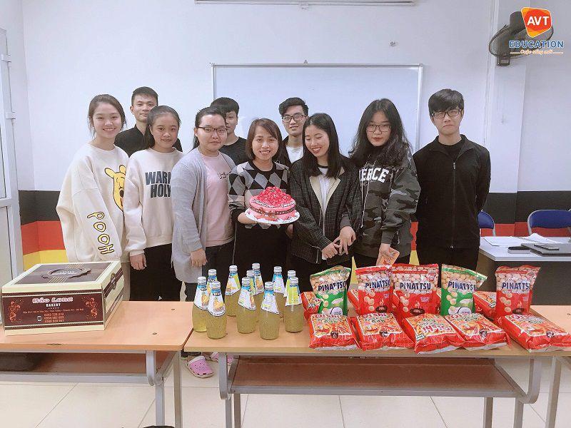 Các học viên tổ chức sinh nhật dành tặng cô giáo
