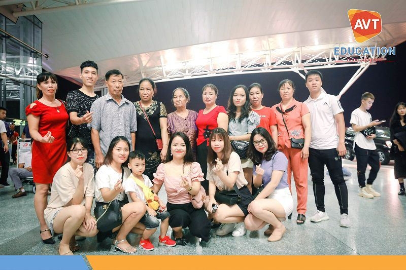 Các thành viên gia đình có mặt đông đủ để tiễn học viên ra sân bay