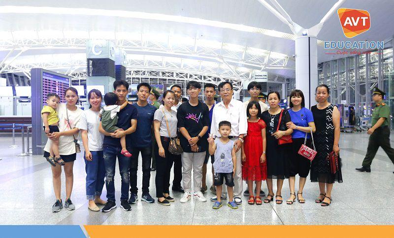 Gia đình học viên có mặt rất đông đủ trước giờ bay