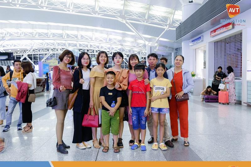 Gia đình, bạn bè có mặt rất đông đủ để tiễn học viên tại sân bay