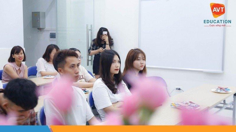 Học viên chăm chú theo dõi buổi lễ khai giảng
