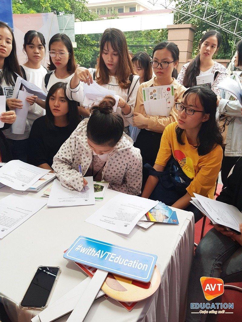 Các sinh viên được tư vấn, hướng nghiệp cho tương lai