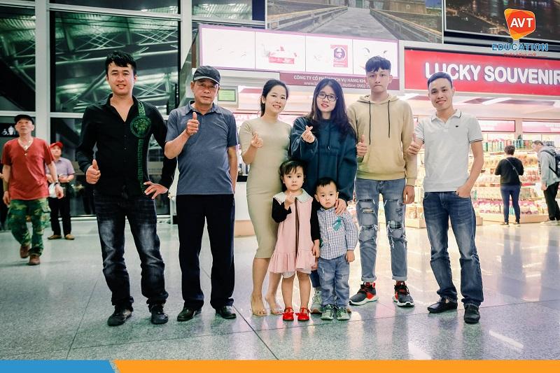 Các học viên chụp ảnh cùng gia đình trước khi lên máy bay