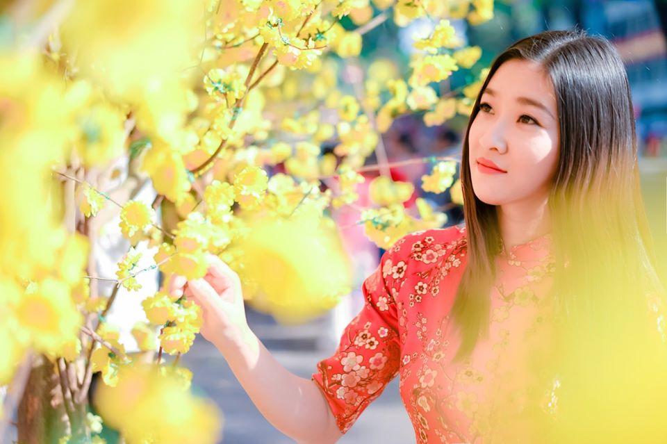 TVV Đinh Hương thướt tha với tà áo dài đỏ