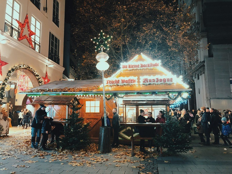 Những khu chợ Noel thu hút rất đông người tới tham quan mua sắm