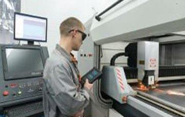 Bedienung und Programmierung von Werkzeugmaschinen mit Präzisions-CNC-Steuerungssystemen auf Millimeter